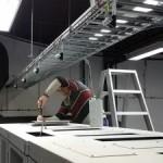 Montage van de dakpanelen, de ladderbaan is al klaar en de aansluitingen voor vereffening zijn klaar voor afmontage