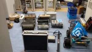 De apparatuur netjes uitgestald en klaar voor de montage in de racks op de 20e etage
