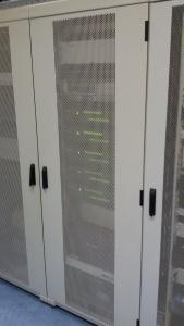 """De kabelschacht met de 7/8"""" coax die de repeaters verbindt met het antenne systeem"""