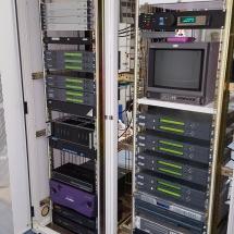 De 2 racks waarin alles van PI6ATV is gemonteerd.