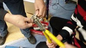 Het monteren van de diverse kabelschoenen tbv de 13,8volt voeding
